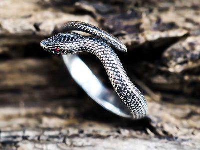 Anello serpente argento con pietra rubino rossa negli occhi
