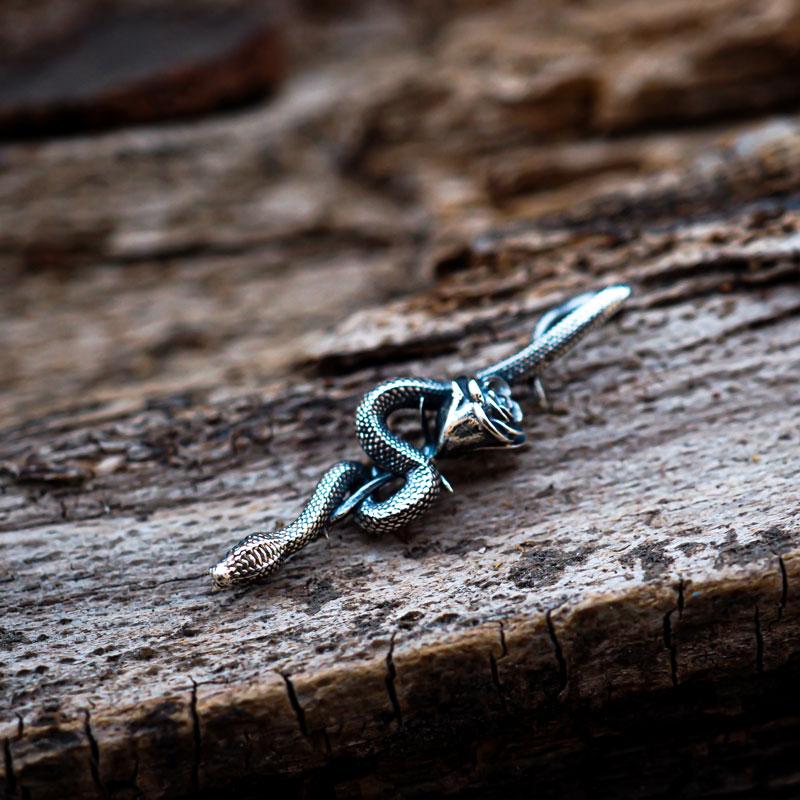 Pendente serpente con rosa in argento di Feel No Pain gioielli su base legno