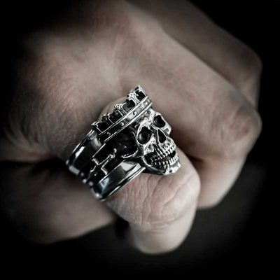 King Skull Ring in Sterling Silver with hand - Feel No Pain
