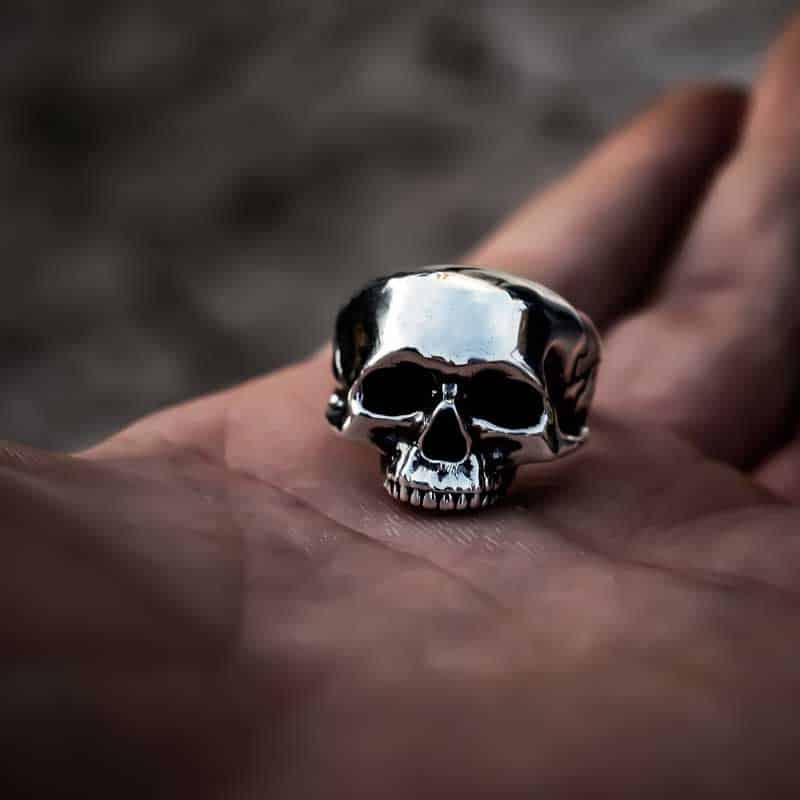 Anello Teschio Anatomico in Argento 925 sul palmo della mano