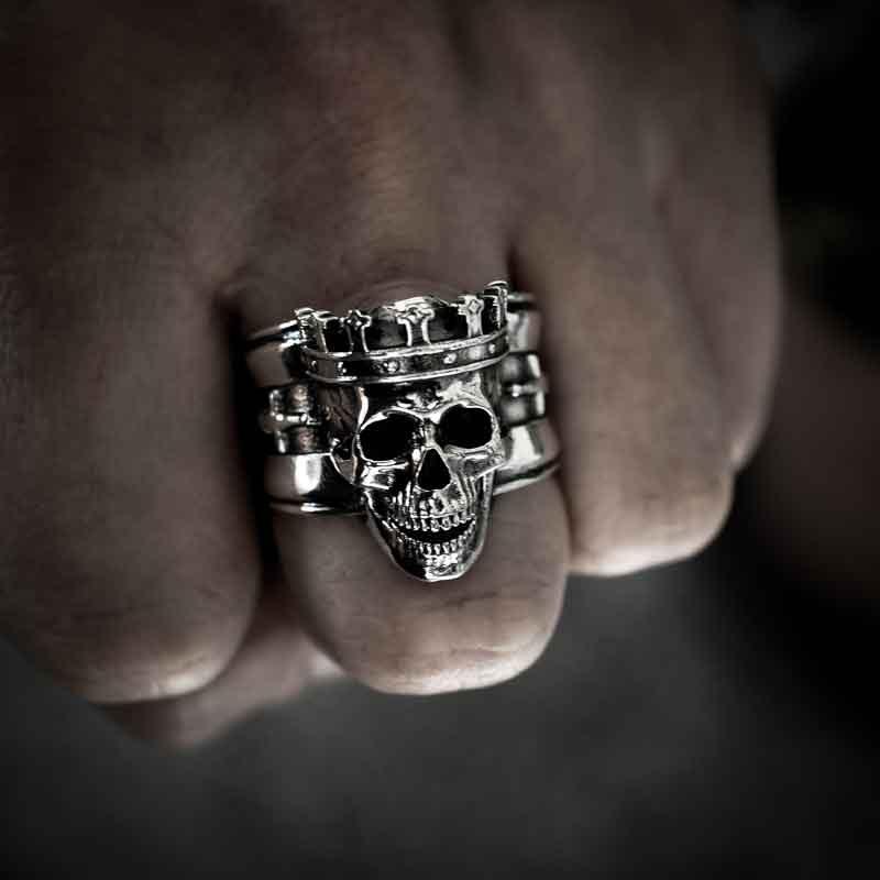 Anello re teschio in argento 925 su dito medio della mano in vista frontale