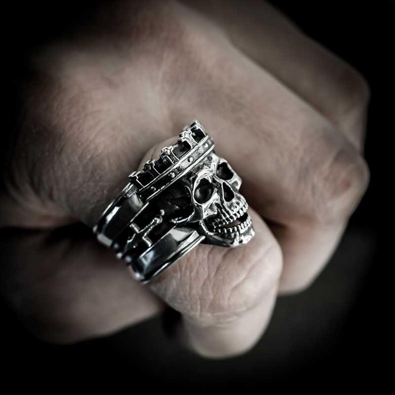 Anello re teschio in argento 925 su dito indice in vista semi laterale