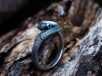 Anello serpente uroboro in argento 925 su base di legno