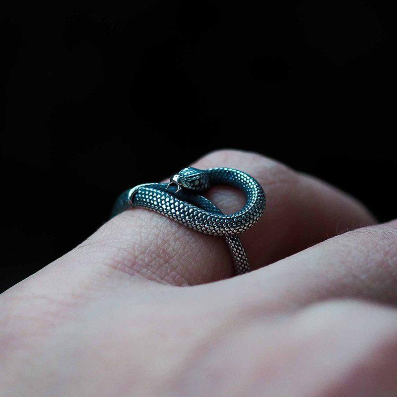 Anello serpente uroboro in argento 925 su dito indice