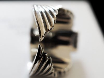Anello teschio alato in argento di Feel No Pain
