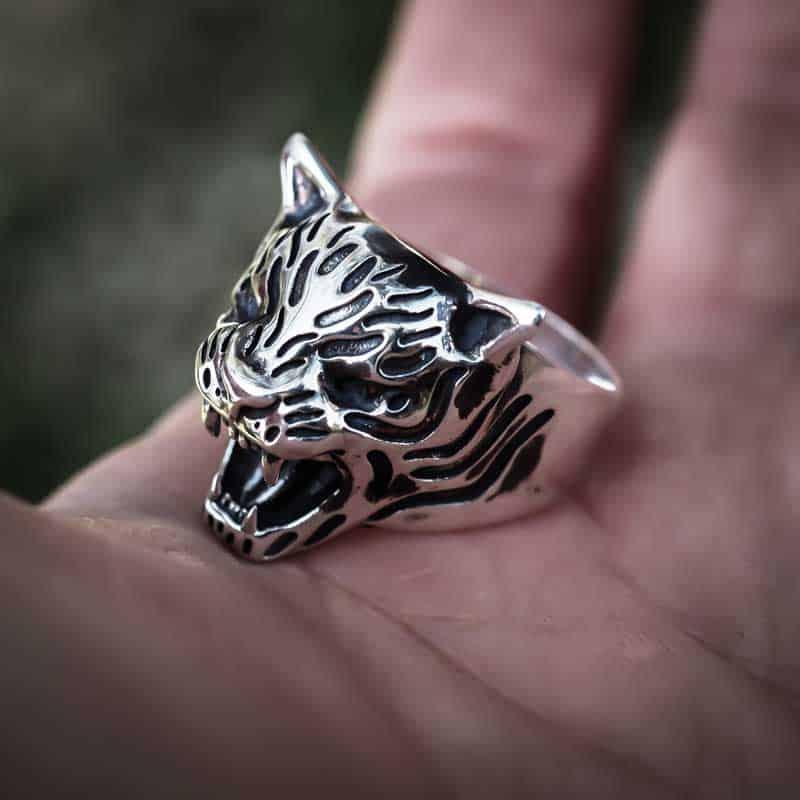Anello tigre in argento 925 senza pietre negli occhi sopra il palmo di una mano