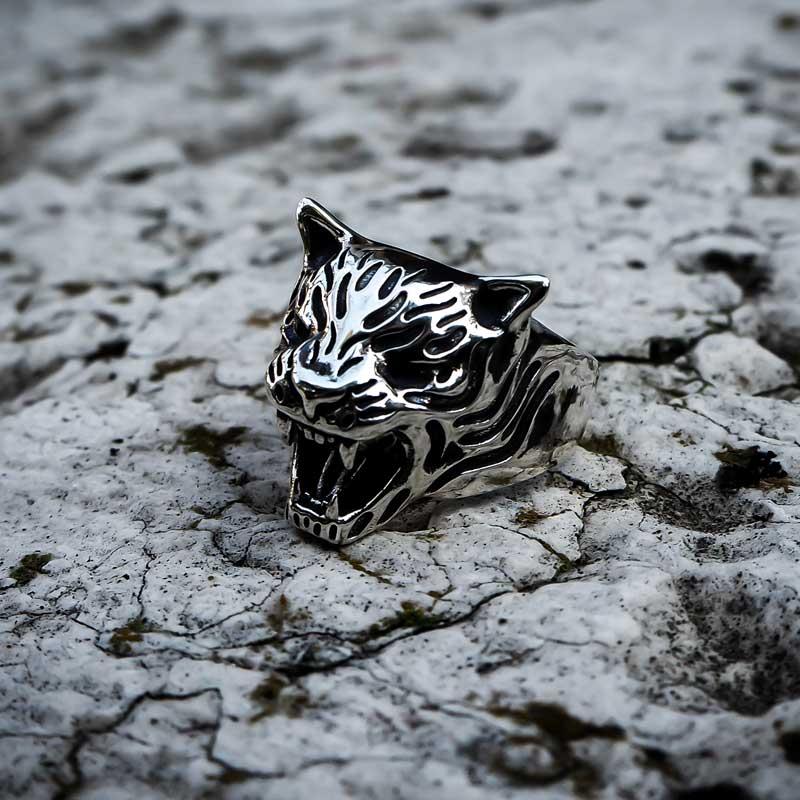Anello tigre in argento 925 senza pietre negli occhi su marmo bianco