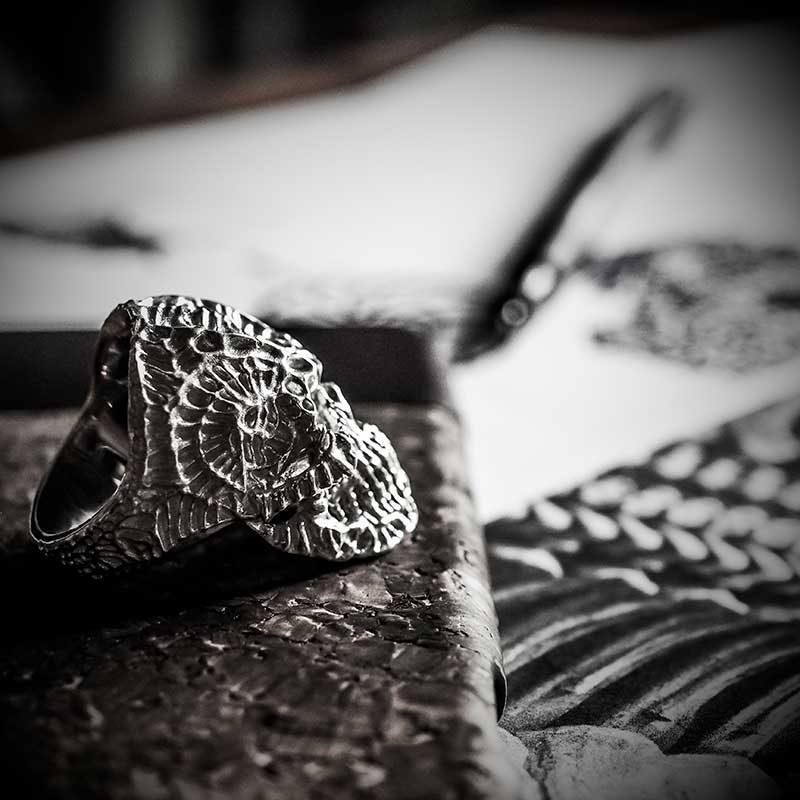 Anello teschio xeno in argento 925 su cover di sughero