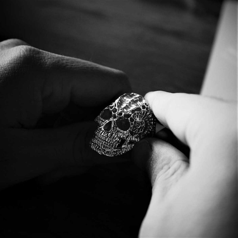 Anello Teschio Xeno in argento 925 che viene tenuto da due mani