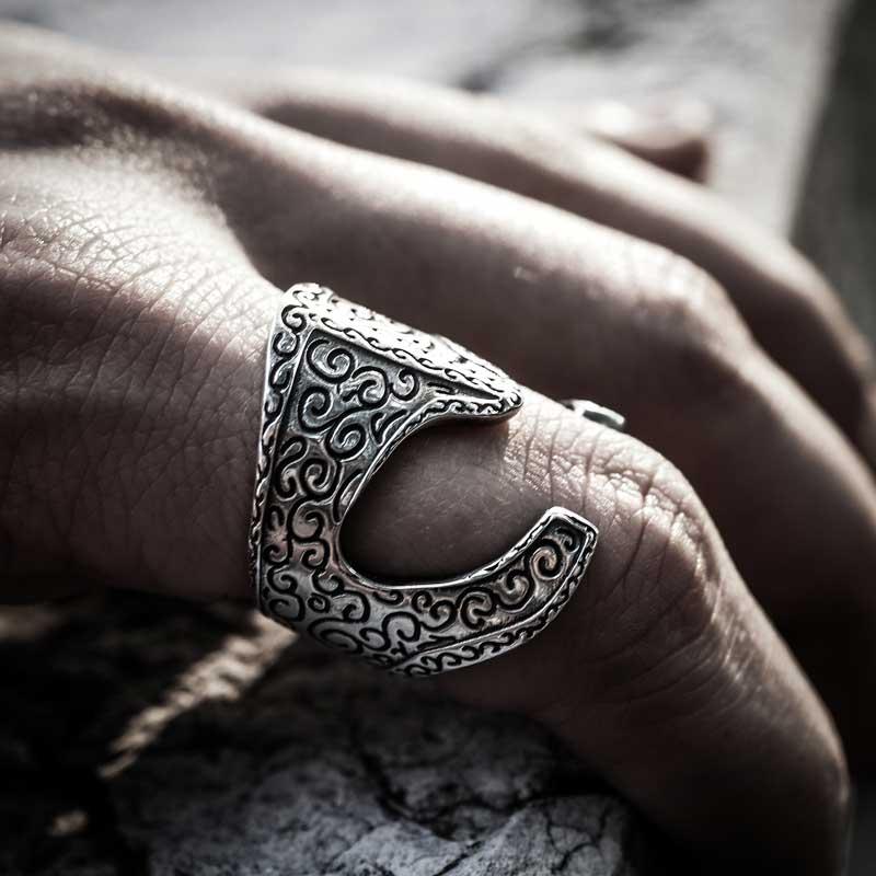 Anello Elmo Araton in Argento 925 indossato su dito e tavolo di marmo