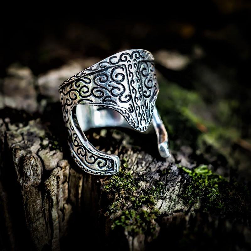Anello Elmo Araton in Argento 925 su pezzo di legno e muschio