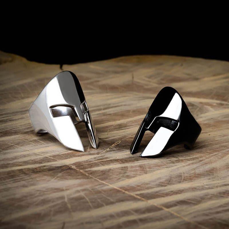Anelli elmo spartano in argento 925 rodiato nero e bianco su base di legno