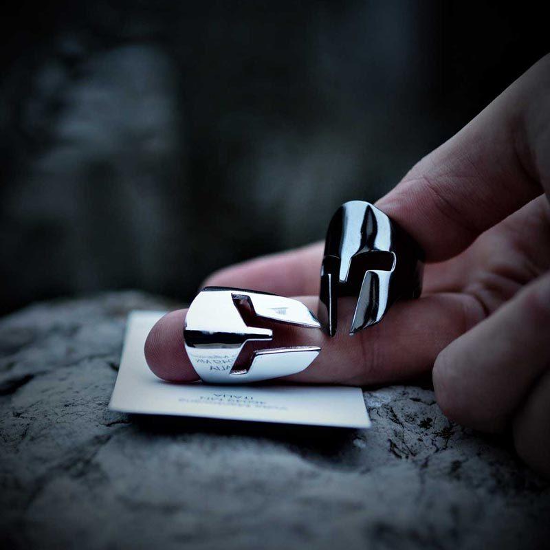 Anelli elmo spartano in argento 925 rodiato classico e nero su bigliettino da visita