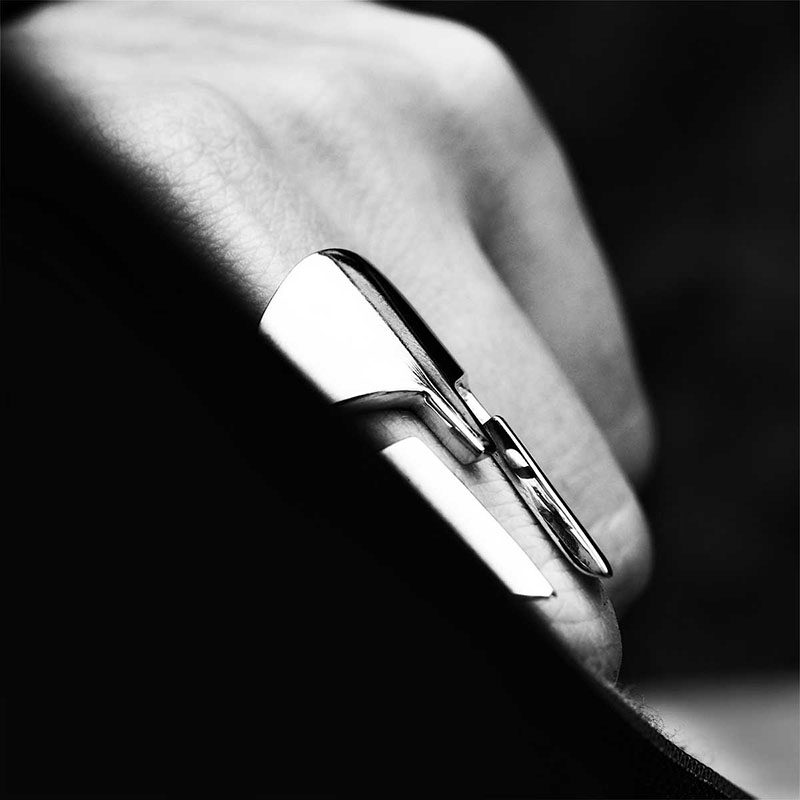 Anello elmo spartano in argento 925 su mano di profilo