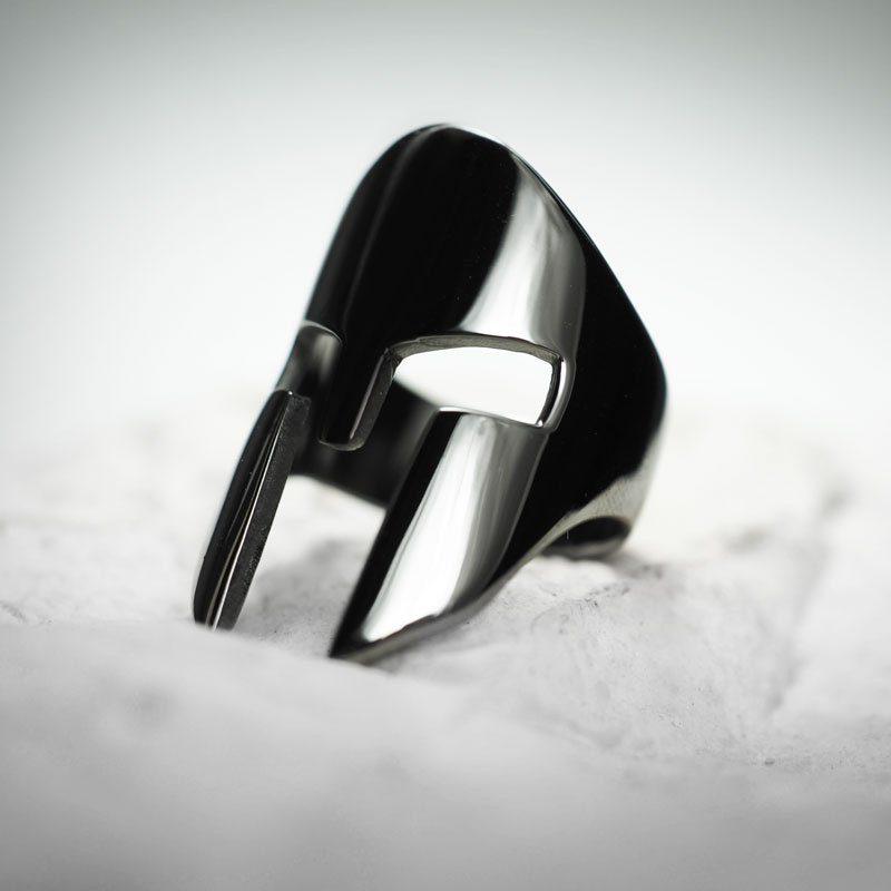Anello Elmo Spartano in argento 925 con rodiatura nera su sasso bianco