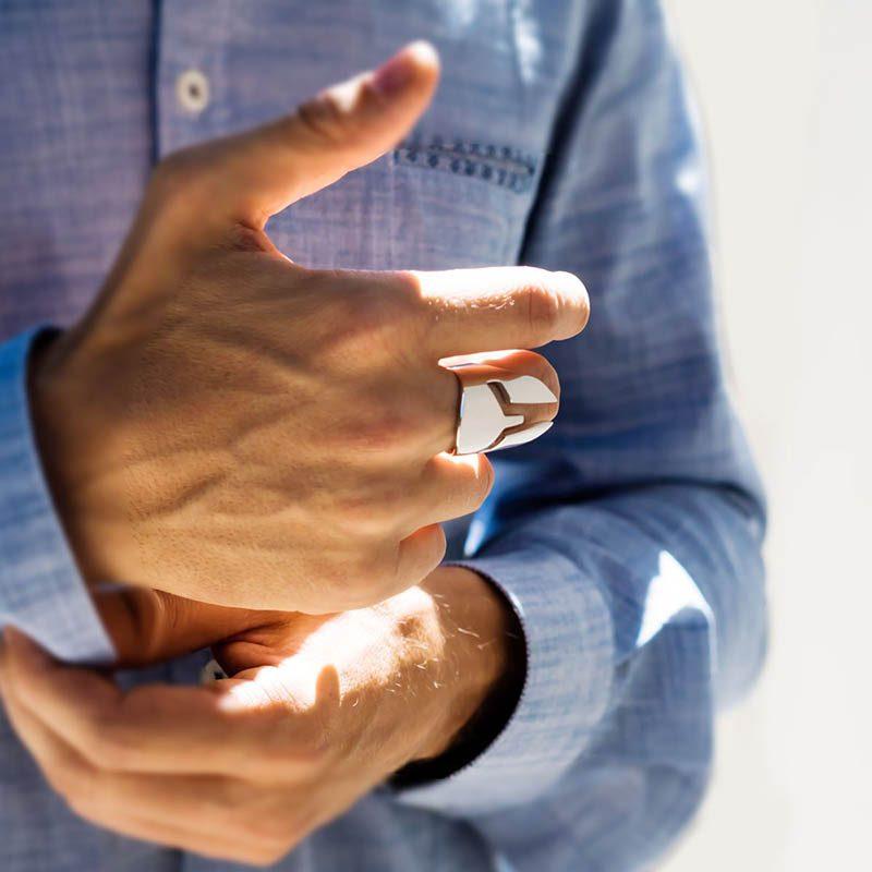 Anello Elmo Spartano in argento 925 rodiato su dito medio di una mano da uomo