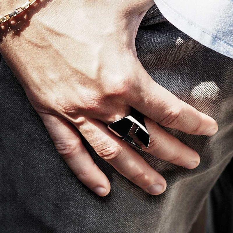 Anello Elmo Spartano in argento 925 Rodiato Nero su dito indice