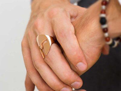 Anello Elmo Spartano in argento 925 rodiato oro rosa su dito medio