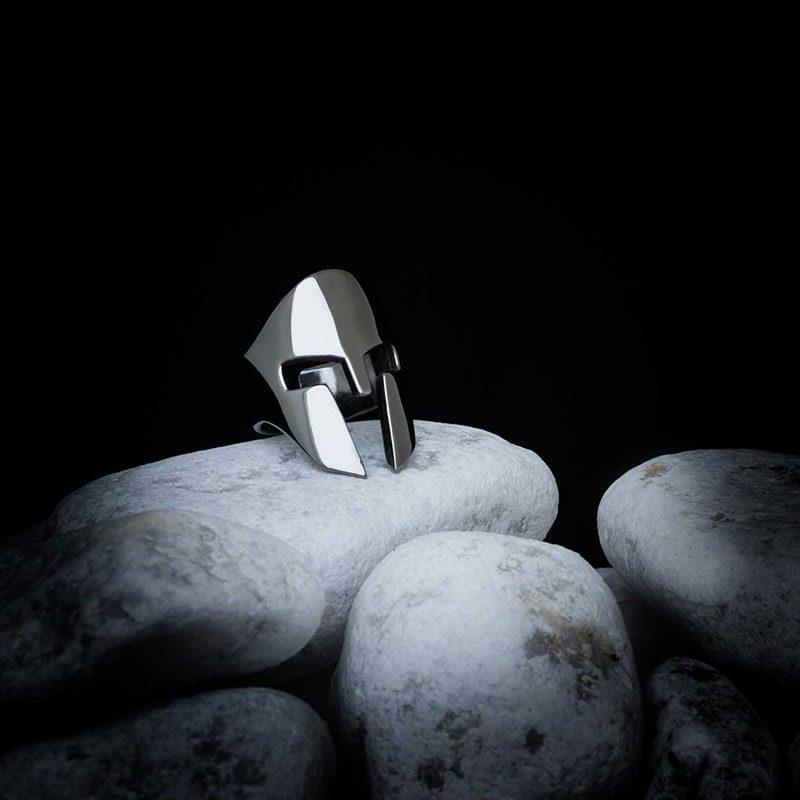 Anello Elmo Spartano in argento 925 su sassi bianchi
