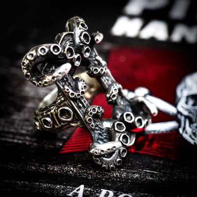 Kraken ring in 925 Silver with pirate flag background - Side View