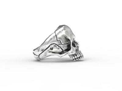 Anello teschio anatomico in argento 925 su sfondo bianco in vista laterale