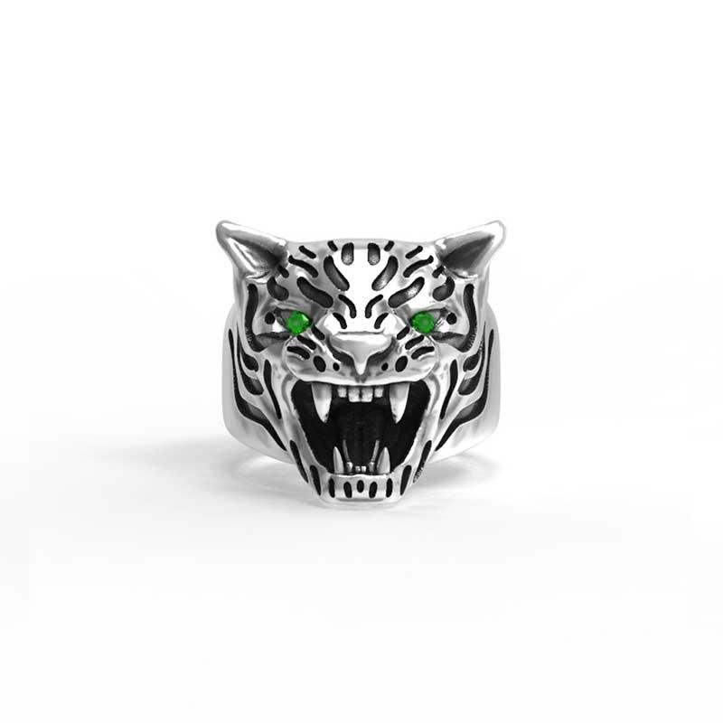 Anello tigre in argento 925 con zirconi verdi negli occhi in vista frontale