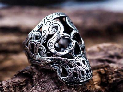 Anello Teschio Maori in argento 925 su ramo di legno