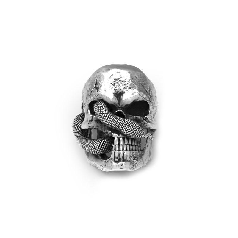 Anello teschio serpente in argento su sfondo bianco e in vista frontale