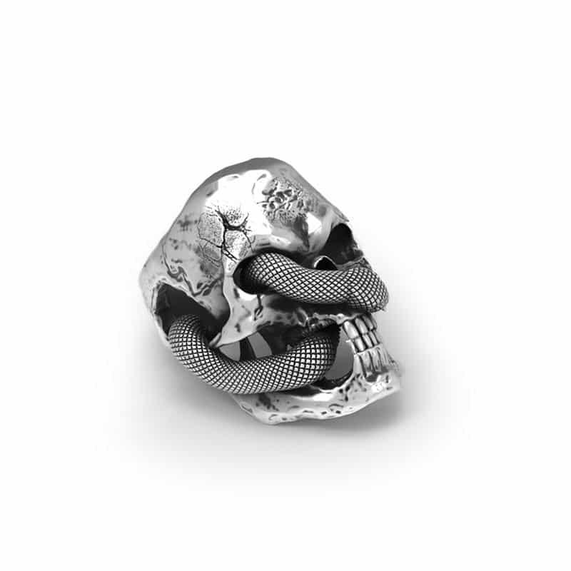 Anello teschio serpente in argento su sfondo bianco e in semi laterale