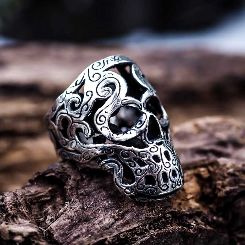 Anello Teschio Maori in Argento 925 su tronco di legno- Feel No Pain