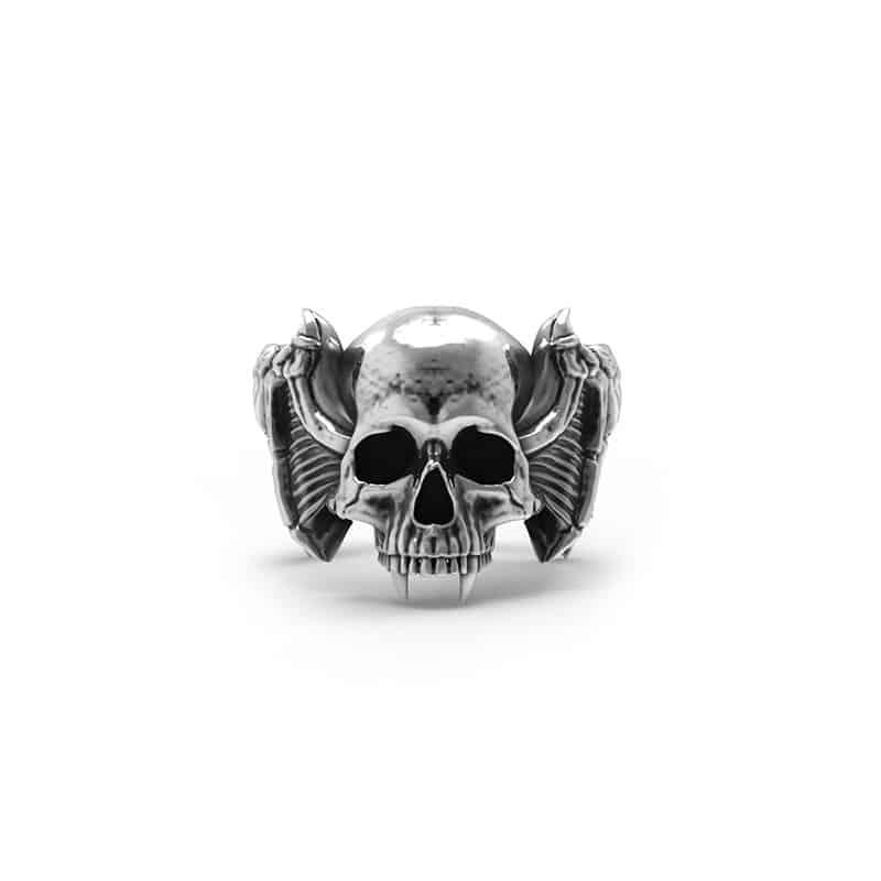 Anello teschio vampiro in argento in posizione frontale e sfondo bianco