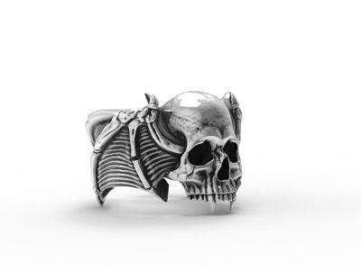 Anello teschio vampiro argento in posizione semilaterale e sfondo bianco